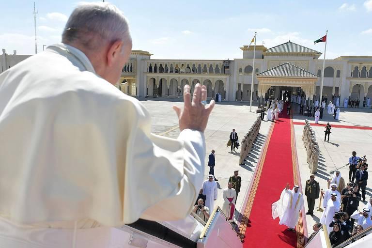 O papa Francisco acena antes de embarcar no avião para deixar Abu Dhabi com destino a Roma