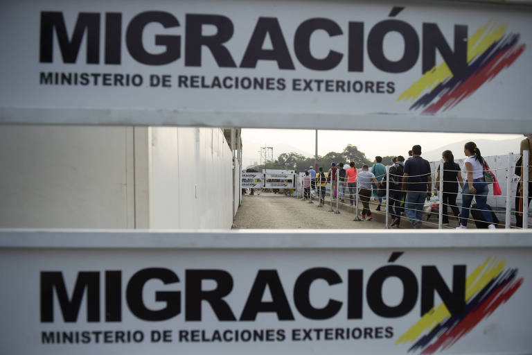 Fila de venezuelanos que tentam entrar na Colômbia na ponte Simón Bolívar na cidade de Cúcuta