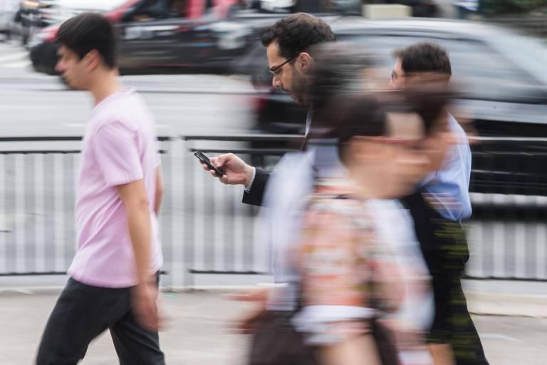 Pessoas com smartphones na avenida Paulista; Brasil está entre os líderes na adoção de celulares inteligentes, mas 17% ainda não têm dispositivo móvel