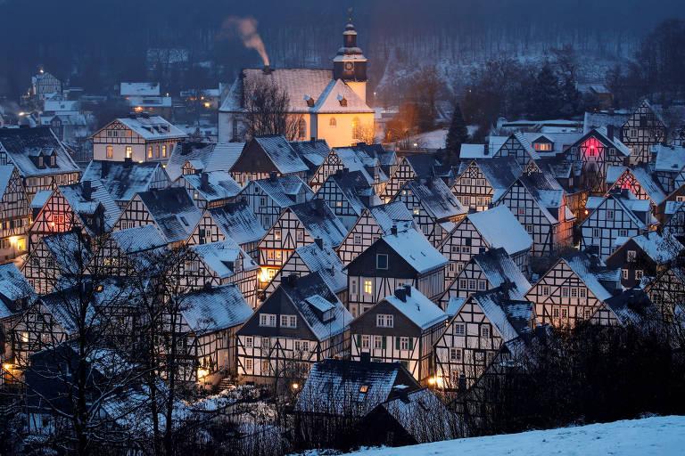 casinhas históricas alinhadas com neve nos telhados