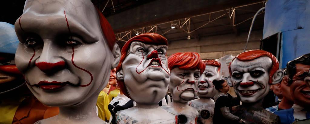 Bonecos dos presidentes da Rússia, Vladimir Putin, dos EUA, Donald Trump, da França Emmanuel Macron, da Coreia do Norte, Kim Jong-un, e da chanceler alemã, Angela Merkel, durante preparativos para o Carnaval de Nice, na França