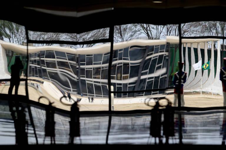 Edifício do Supremo Tribunal Federal refletido em espelhos do Palácio do Planalto, em Brasília. Corte julga nesta quarta (25) ação que opõe réus delatores e delatados da Lava Jato