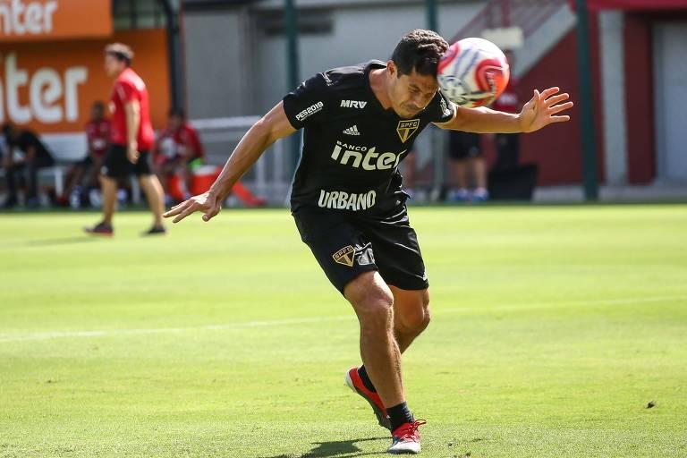 Hernanes cabeceia bola em treino do São Paulo antes da viagem à Argentina, onde a equipe enfrenta o Talleres