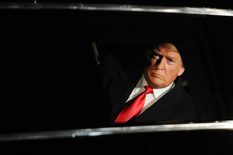 O presidente Donald Trump no carro, a caminho do Congresso