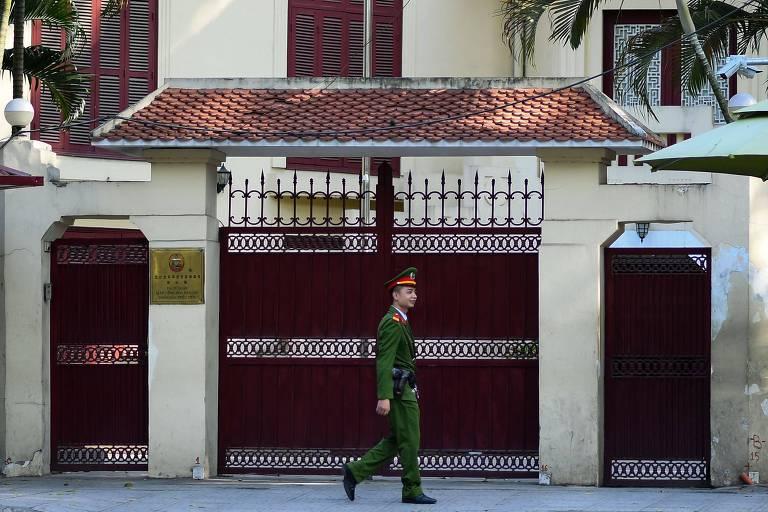 Militar vietnamita passa em frente a embaixada norte-coreana em Hanói; os EUA também possuem uma representação diplomática na cidade