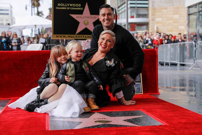 Pink com o marido, Carey Hart, e os filhos, Willow e Jameson, na Calçada da Fama em Hollywood