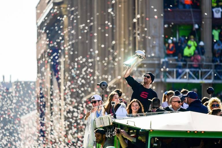 Tom Brady mostra o troféu do Super Bowl durante desfile em carro aberto por Boston, após vitória sobre o Los Angeles Rams