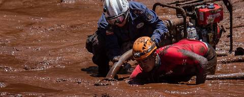BRUMADINHO, MG, 02.02.2019 - Mangueira de alta pressão facilita a escavação da lama em locais onde se suspeita que há corpos - Bombeiros trabalham no resgate do possível vestiário da Vale, que foi encontrado no local onde uma ponte da linha férrea caiu. Barragem da Vale, da mina Córrego do Feijão, rompeu-se causando uma tragédia em Brumadinho (MG). (Foto: Eduardo Anizelli/Folhapress)