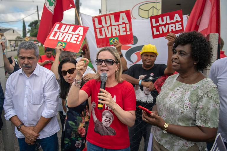 A presidente do PT, Gleisi Hoffman, discursa em frente à PF de Curitiba, onde Lula está preso