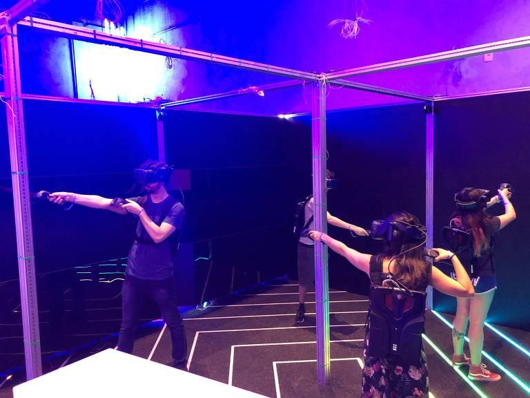 A interação com o cenário virtual de Escape The Lost Pyramid é feita com óculos e controles