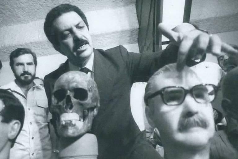 Então superintendente da Polícia Federal em São Paulo, Romeu Tuma analisa a ossada de Josef Mengele