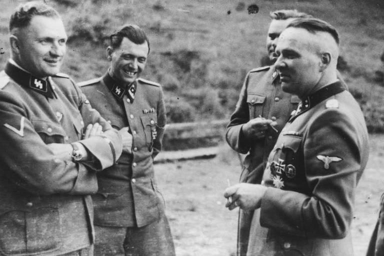 Sob o pseudônimo de Fritz Ullmann, Mengele (2º da esq. p/ a dir.) trabalhou numa plantação de batatas no sul da Alemanha antes de fugir para a Argentina