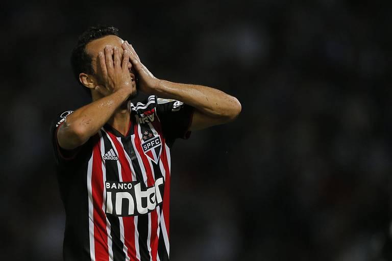 Nenê leva as mãos ao rosto durante derrota do São Paulo para o Talleres na Libertadores