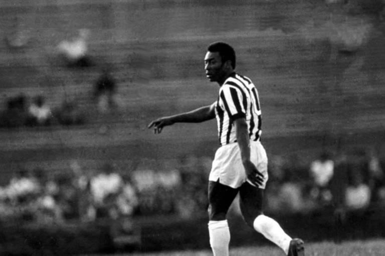 Pelé em ação pelo Santos, em 1973