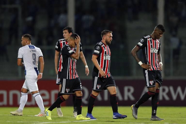 Jogadores deixam o gramado do Estádio Mario Kempes abatidos com a derrota para o Talleres