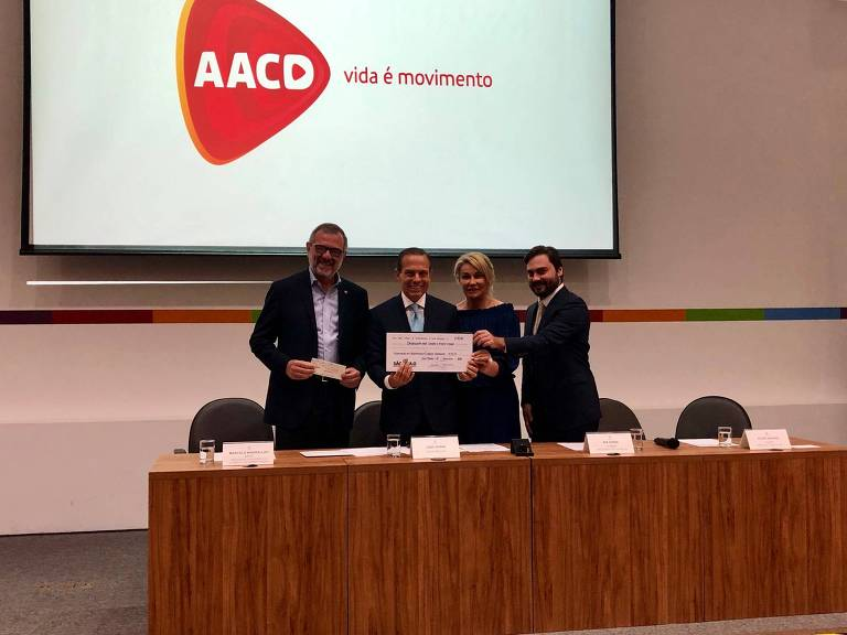 O governador de São Paulo João Doria (PSDB), acompanhado de Marcelo Kheirallah, presidente do conselho de administração da AACD (esq.), Bia Doria e Filipe Sabará, presidente executivo da FUSSP