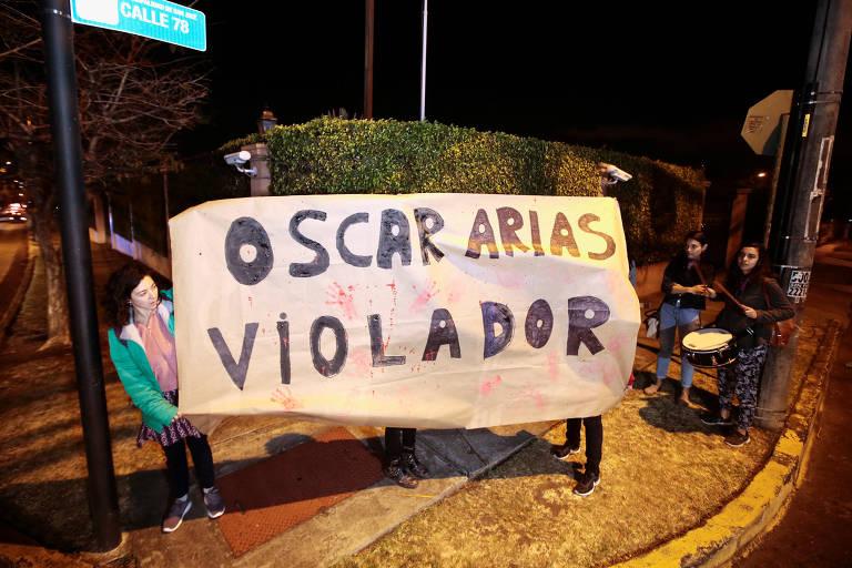 Ativistas fazem manifestação contra Oscar Arias em frente a sua casa em San José após a revelação da primeira denúncia