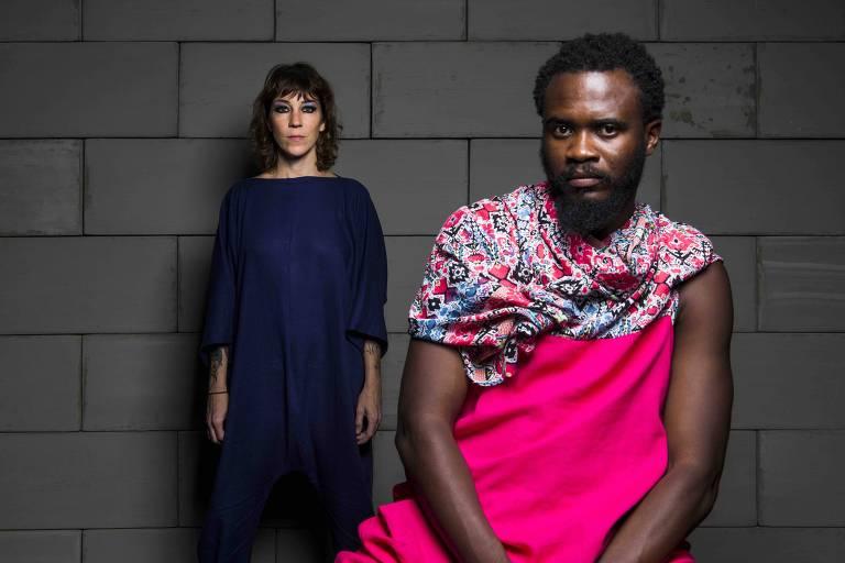 Os atores Karina Buhr e Gloire Ilonde na peça 'Babilônia: Sem Fronteiras'