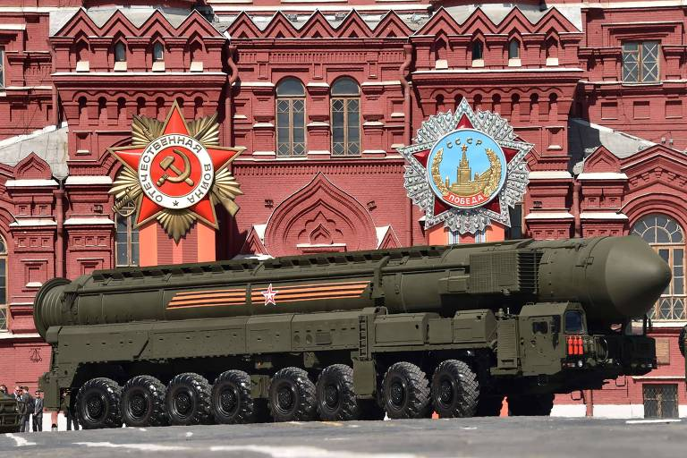 Veículo lançador do míssil RS-24 Iars é apresentado em desfile na praça Vermelha, em Moscou