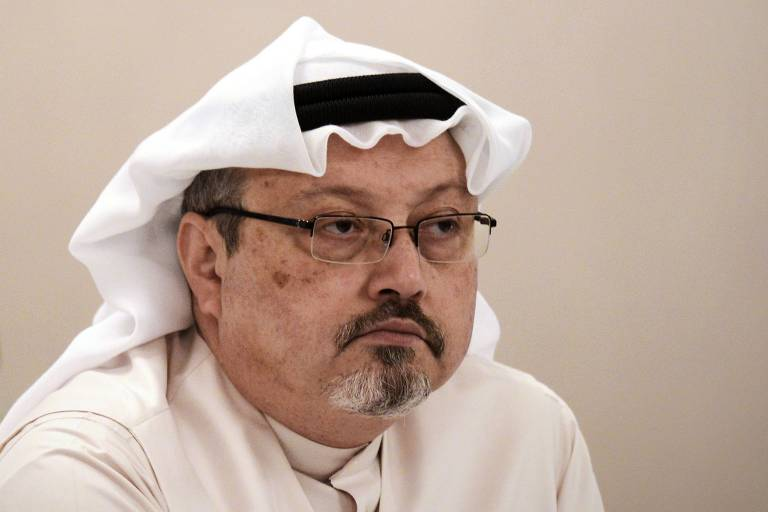 O jornalista saudita Jamal Khashoggi durante entrevista no Bahrein