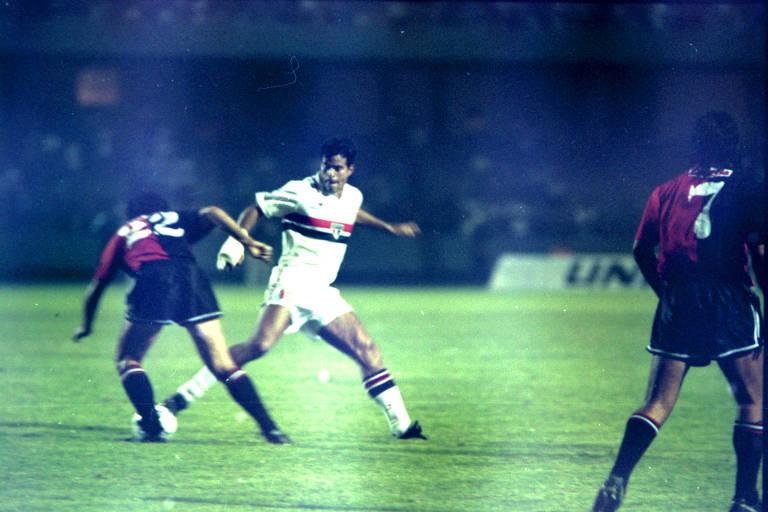 De mão enfaixada, Raí em ação contra o Newell's Old Boys, na Libertadores de 1993