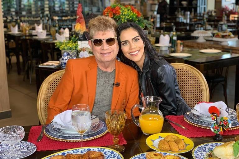 O cantor Roberto Leal e a apresentadora Daniela Albuquerque