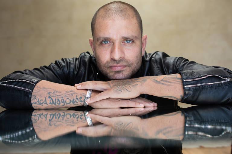 """O cantor Diogo Nogueira em retrato de divulgação de sua nova canção, """"Tá  Faltando ... c22c008ff1"""