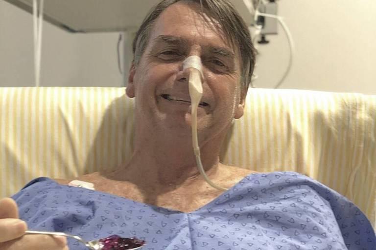 O presidente Jair Bolsonaro come gelatina no hospital