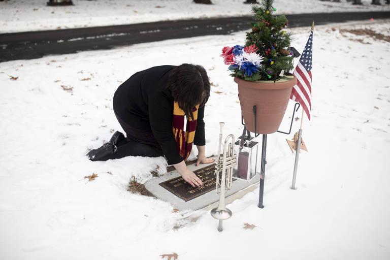 Alissa Harrington, irmã do fuzileiro naval Justin Miller, que se matou em 2018, visita seu túmulo
