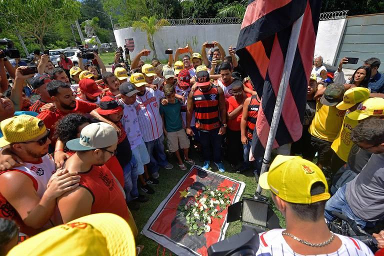 Torcedores colocam flores na entrada do centro de treinamento onde aconteceu o incêndio na manhã desta sexta (8)