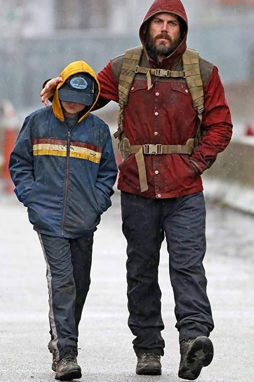 homem e criança no frio