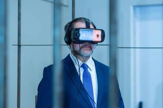 Dias Toffoli usa simulador de realidade prisional em evento jurídico em Foz do Iguaçu