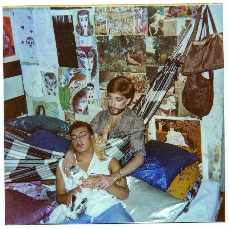 um casal em quarto com rede