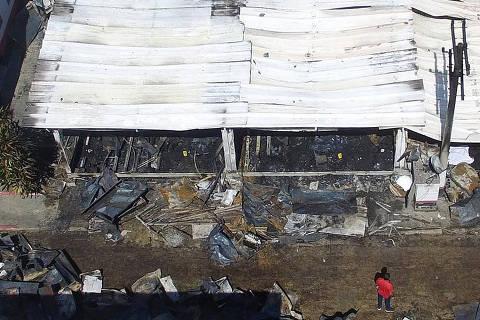RIO DE JANEIRO,RJ,08.02.2019:INCÊNDIO-CT-FLAMENGO - Incêndio deixa 10 mortos e três pessoas feridas no Centro de Treinamento Presidente George Helal, conhecido como Ninho do Urubu, em Vargem Grande, Zona Oeste do Rio de Janeiro (RJ), na madrugada desta sexta-feira (8). Os bombeiros foram acionados por volta das 5h. De acordo com os bombeiros, entre os feridos há uma pessoa em estado grave. Os mortos ainda não foram identificados. (Foto: Dhavid Normando/Futura Press/Folhapress) ***PARCEIRO FOLHAPRESS - FOTO COM CUSTO EXTRA E CRÉDITOS OBRIGATÓRIOS*** ORG XMIT: AGEN1902081056899353
