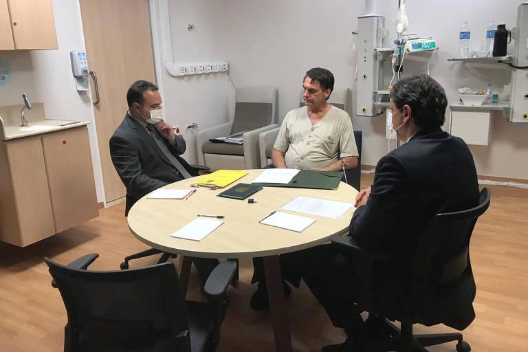 O presidente Jair Bolsonaro se reúne com o ministro Tarcísio Gomes de Freitas (Infraestrutura) e o secretário-chefe da Casa Civil, Jorge Oliveira, no gabinete montado no Hospital Albert Einstein, em São Paulo