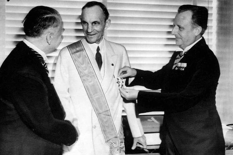 Henry Ford recebe a Grã-Cruz da Ordem da Águia Alemã, em 1938, de autoridades nazistas, na Alemanha