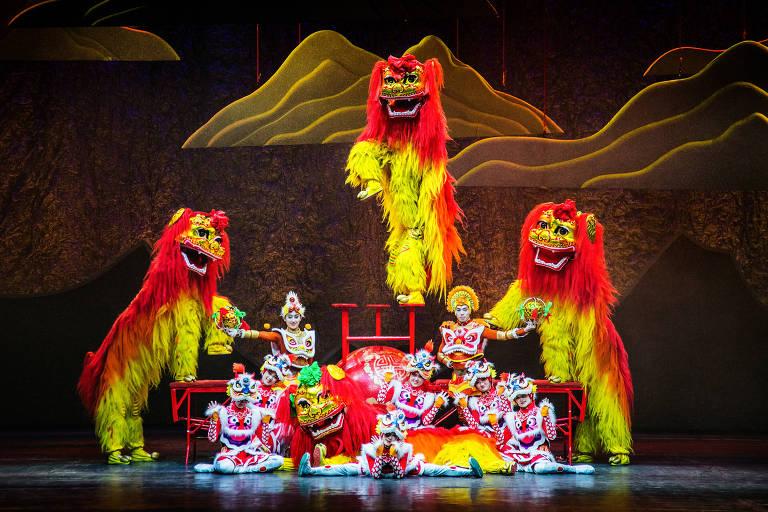 """Bailarinos do Circo da China fazem 'Lion Dance', um dos destaques do espetáculo """"China Esplêndida"""""""