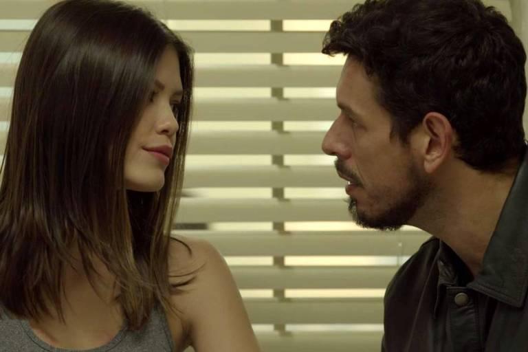 Alain (João Vicente de Castro) tenta acalmar Cris (Vitória Strada) e avisa que não irá desistir de ajudá-la