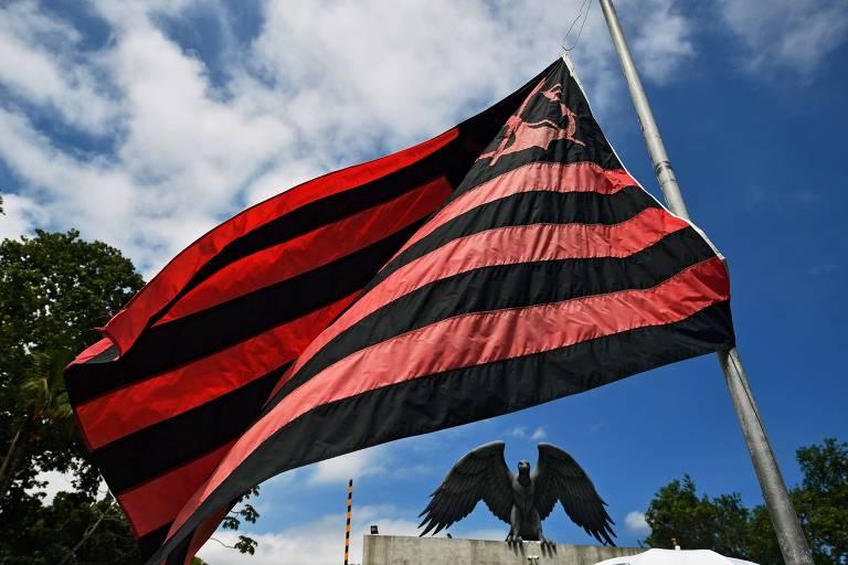 Bandeira do Flamengo na entrada do CT Ninho do Urubu.