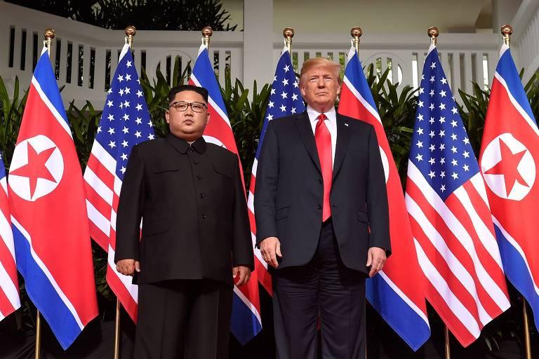 Ditador Kim Jong Un ao lado do presidente americano Donald Trump em encontro no dia 12 de junho de 2018; argumento de Trump é que se alguma outra pessoa tivesse sucedido Obama nos EUA, invariavelmente haveria confronto com a Coreia do Norte