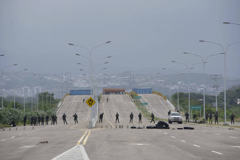 Soldados do Exército da Venezuela vigiam o acesso na ponte Internacional Tienditas, no estado de Táchira