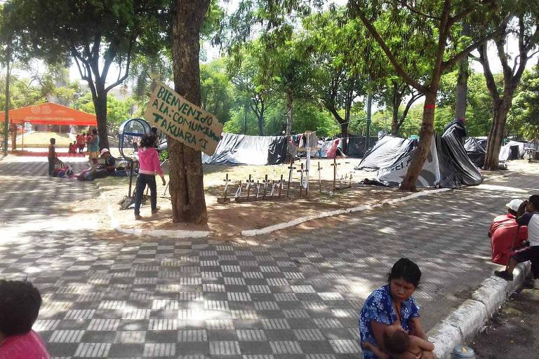 Indígenas acampados perto do Congresso paraguaio, em Assunção