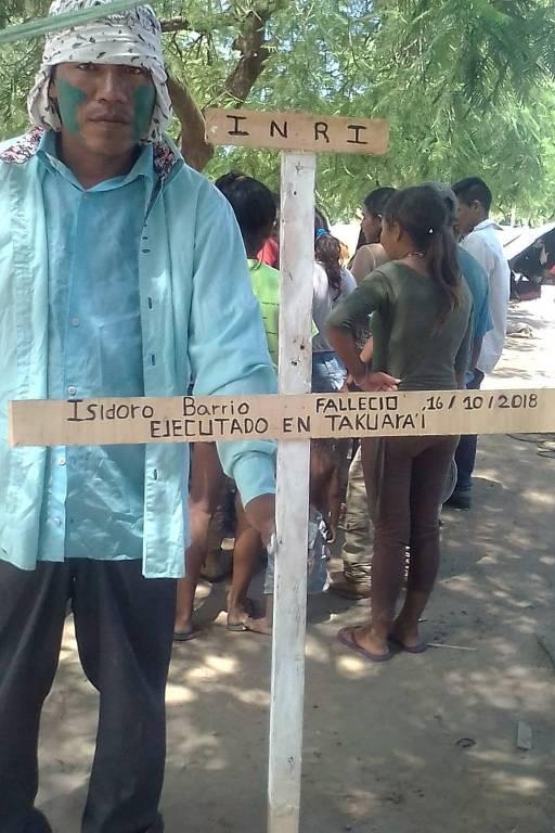 Avá-guarani protesta em Assunção contra suposta expulsão de suas terras por um fazendeiro brasileiro; na cruz, nome de indígena que teria sido assassinado por causa do conflito
