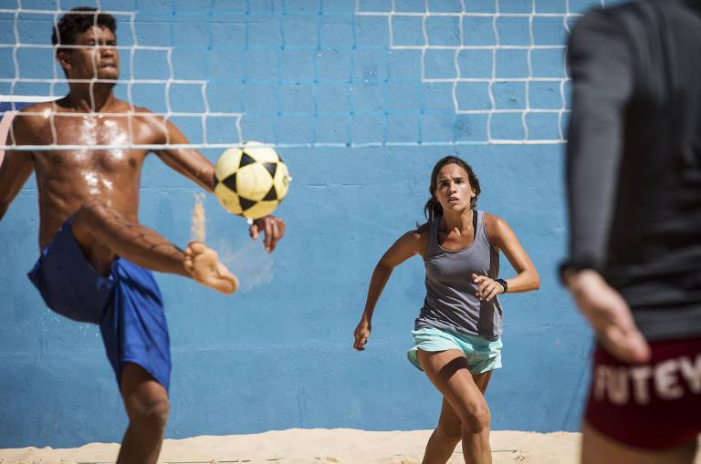 ea7805393 O professor Bello Soares e a campeã paulista de 2019 Tatiana Pena jogam  futevôlei na Zona Sul de São Paulo - Eduardo Knapp Folhapress