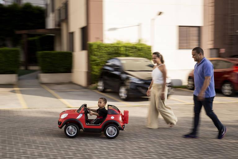 Fábrica desenvolve adaptação em carrinho para menino com doença rara