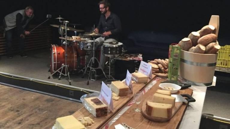 Veterinário suíço decidiu testar os efeitos da música sobre micro-organismos responsáveis pela maturação de queijos