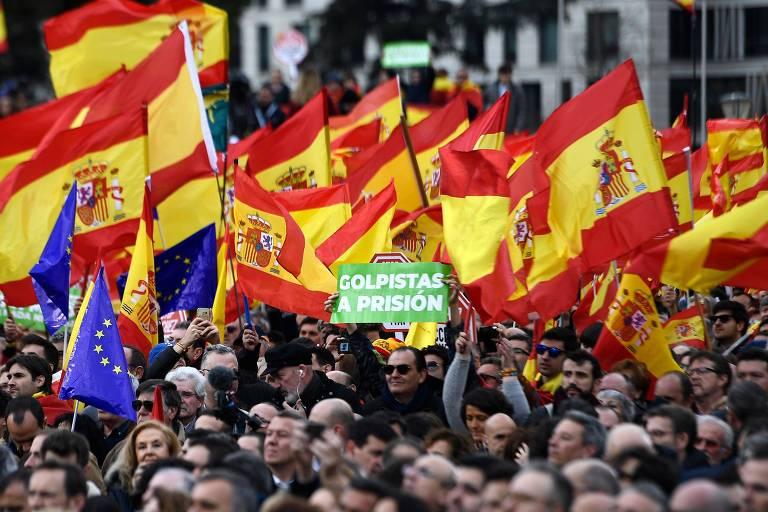 Manifestantes de direita protestam em Madri contra o primeiro-ministro Pedro Sánchez, a dois dias do julgamento de líderes da Catalunha