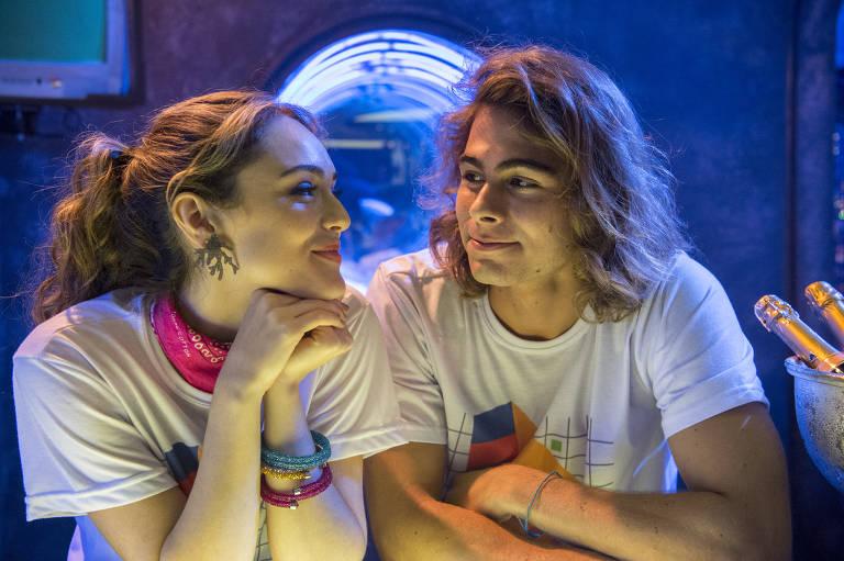 João ( Rafael Vitt ) e Manu ( Isabelle Drummond ) juntos na festa da PopTV.
