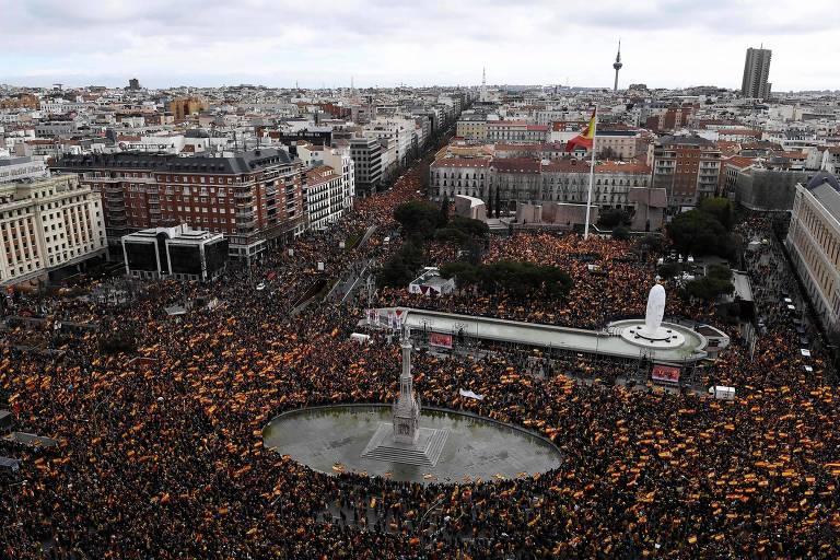 Ato contra o primeiro-ministro Pedro Sánchez reúne manifestantes nas ruas de Madri