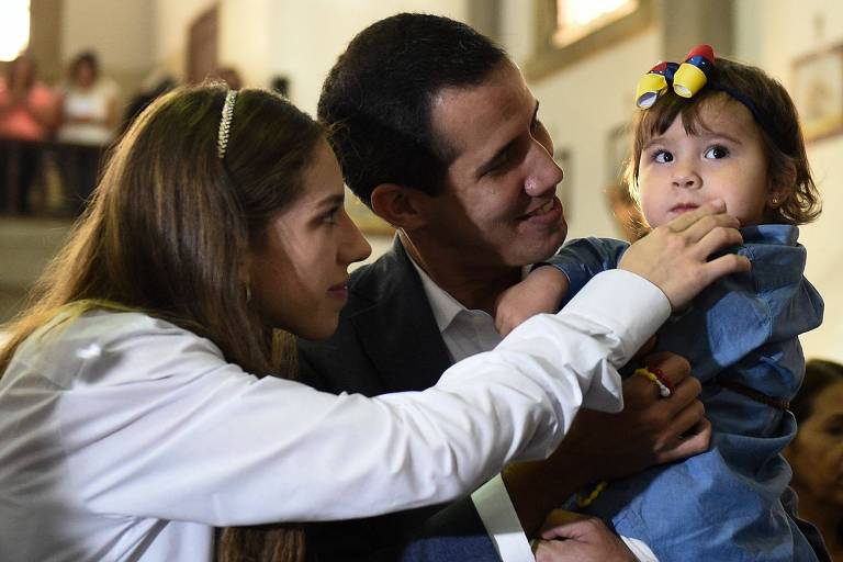 Juan Guaidó, com a esposa, Fabiana Rosales, e a filha, Miranda, durante missa em Caracas
